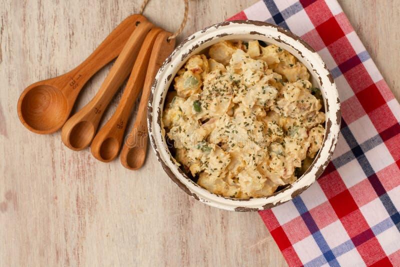 田园碗里的马铃薯沙拉 库存图片