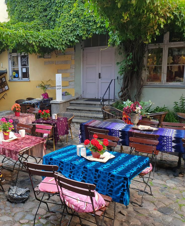 田园诗五颜六色的时髦咖啡馆桌在大师庭院,旅游景点里在塔林,爱沙尼亚 库存照片