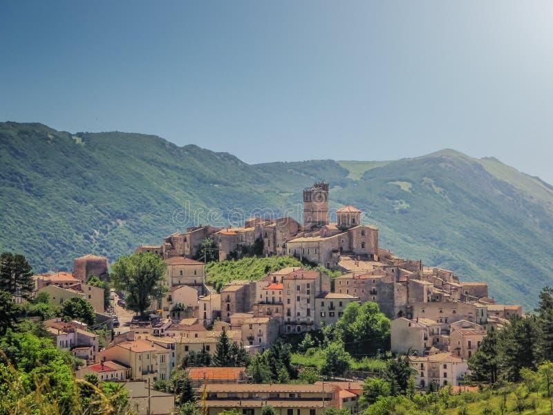 田园诗亚平宁山村庄Castel del Monte,拉奎拉,阿布鲁佐,意大利 图库摄影