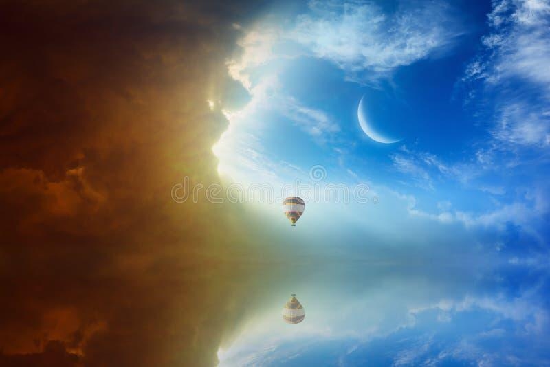 田园诗天堂般的背景-五颜六色的热空气气球飞行  库存图片