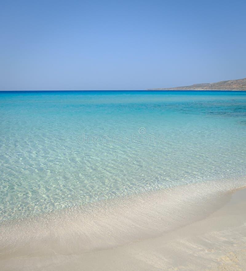 田园诗完善的热带白色沙滩和绿松石清楚的海洋水的暑假自然本底 库存照片