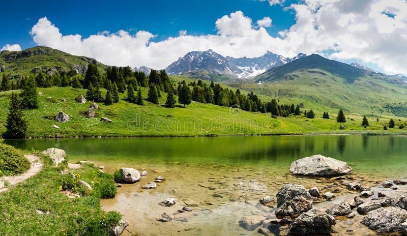田园诗山湖风景在瑞士阿尔卑斯临近阿尔卑斯弗利克斯 免版税库存照片