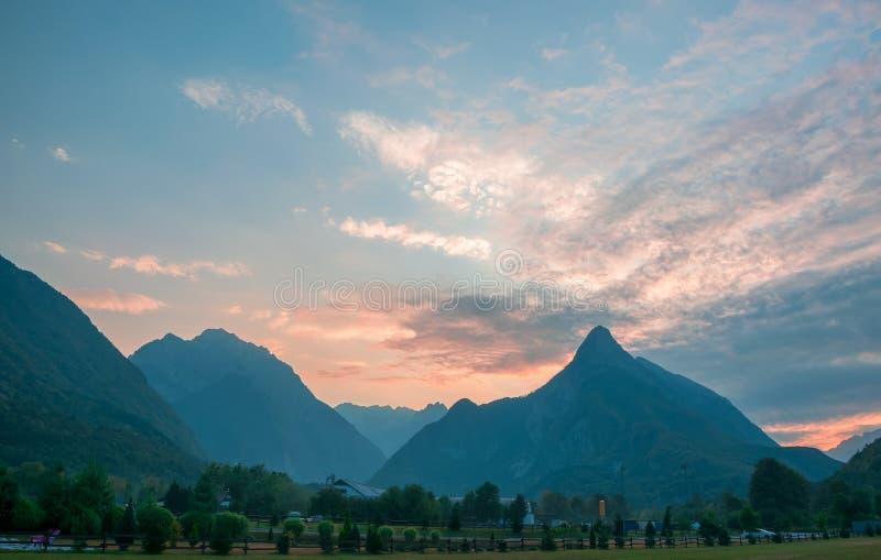 田园诗山谷, Bovec,朱利安阿尔卑斯山,斯洛文尼亚全景  库存图片