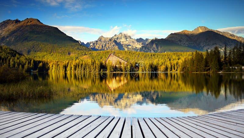 田园诗山风景,湖反射视图 库存图片