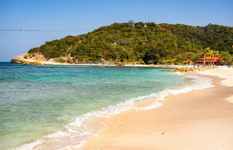 田园诗海滩在拉巴蒂海岛,海地 异乎寻常的狂放的热带海滩用白色沙子和清楚的绿松石水 免版税库存照片
