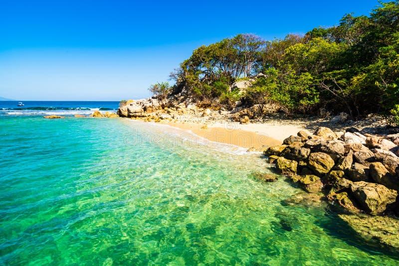 田园诗海滩在拉巴蒂海岛,海地 异乎寻常的狂放的热带海滩用白色沙子和清楚的绿松石水 免版税库存图片