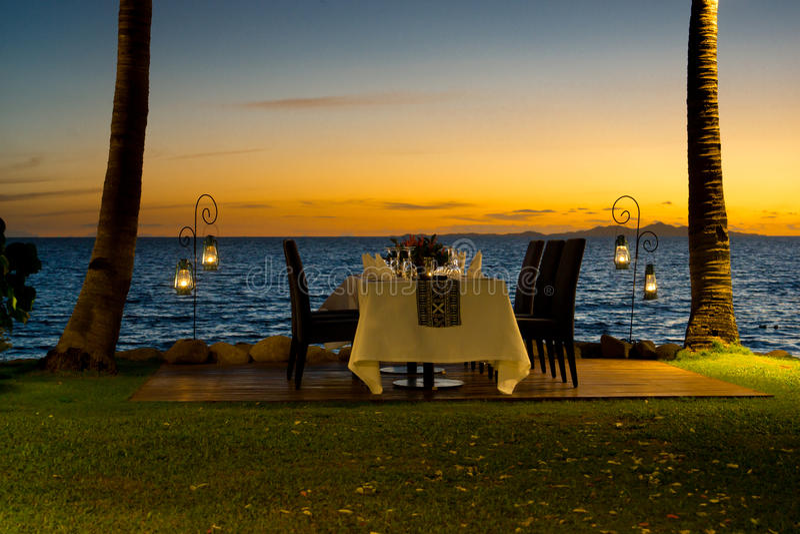 田园诗海滩前面用餐的设置 库存照片