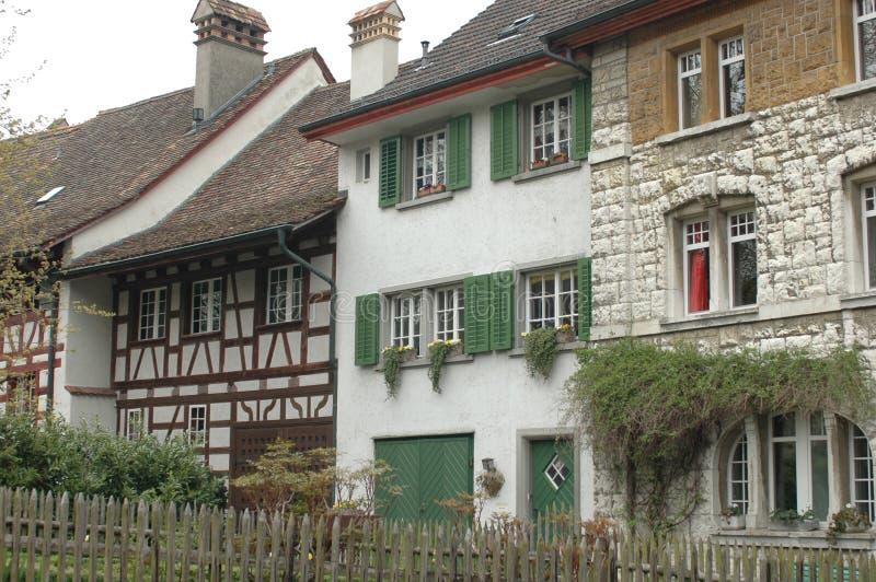 田园诗瑞士村庄,有木工作、快门和flowerboxes的 库存图片