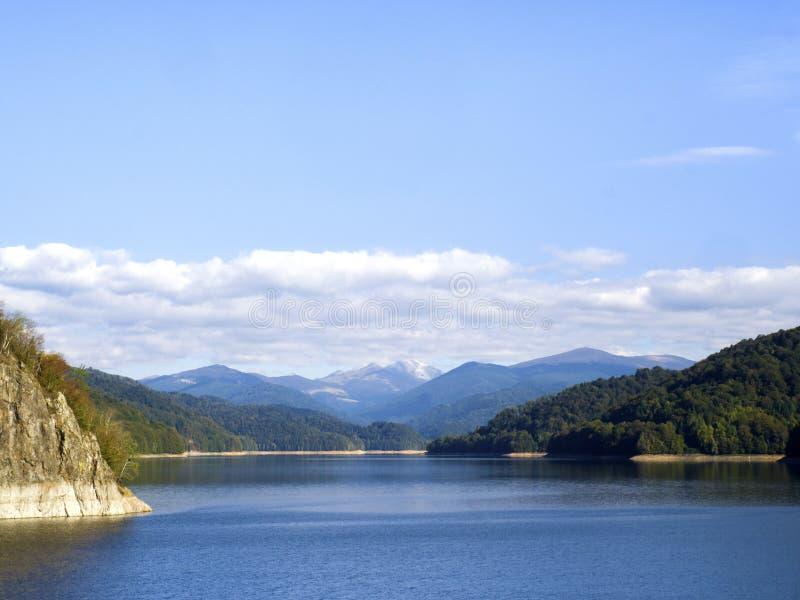 田园诗秋天场面在有山湖反射的阿尔卑斯 免版税图库摄影