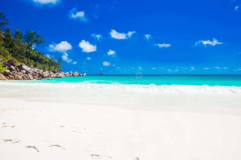 田园诗Anse乔其纱海滩惊人的看法在普拉兰岛,塞舌尔群岛的 免版税库存图片