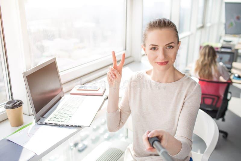 由一个不同的角度被做美丽的办公室工作者采取selfie并且显示片断的图片 库存照片