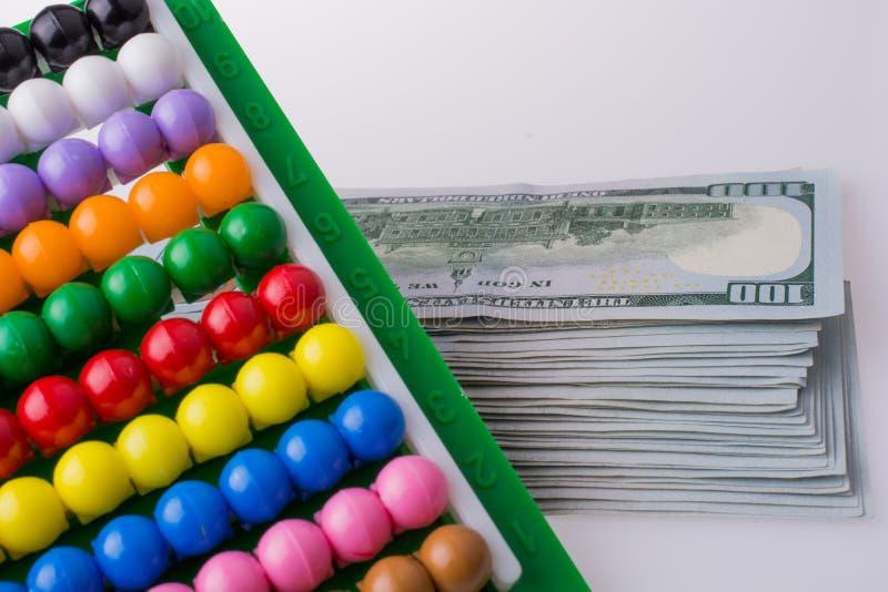 由一个五颜六色的算盘的边的美国美元钞票 免版税库存照片
