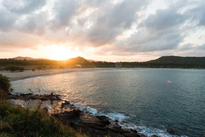 由一个海滩的太阳上升视图在印度尼西亚 免版税图库摄影