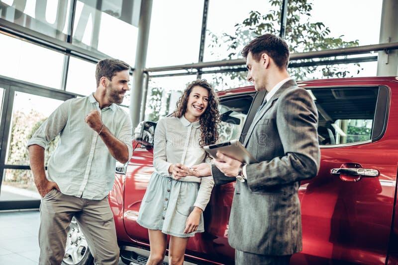 由一位经销商结合接受汽车钥匙在经销权中 免版税图库摄影