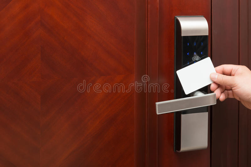由一张空白的安全卡的电子门锁开头有益于增加文本 库存图片