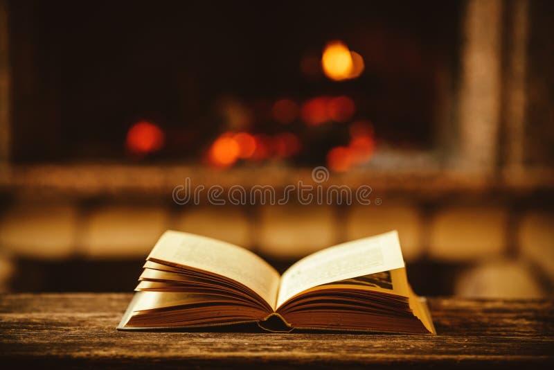 由与圣诞节装饰品的壁炉打开书 打开故事 库存图片