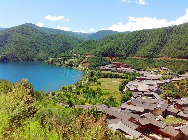 由丽江,云南,中国Lugu湖的小村庄由山围拢了 免版税库存照片