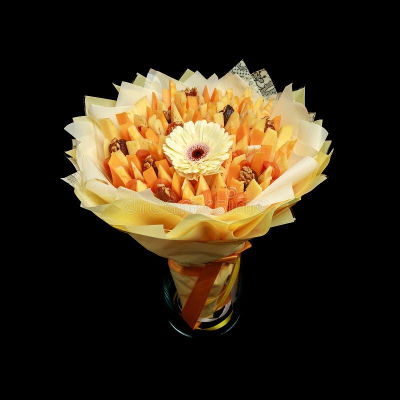 由乳酪不同的品种做的壮观的花束作为被隔绝的礼物在黑背景 库存照片