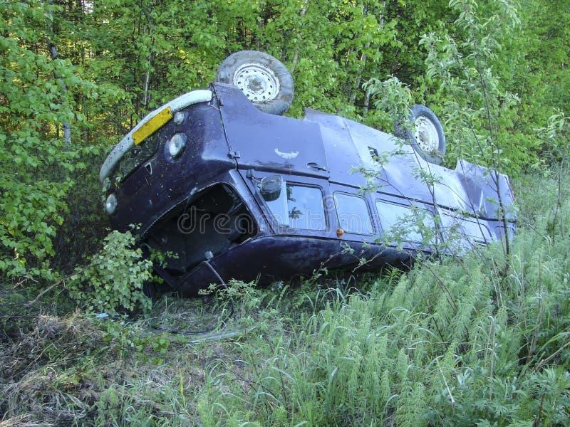 由于事故,调低垄沟的汽车 免版税图库摄影