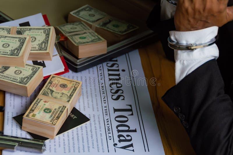 由于做非法,商人扣上了手铐 免版税库存图片