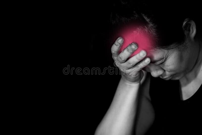 由于剧烈的头痛,妇女需要一些止痛药 免版税图库摄影