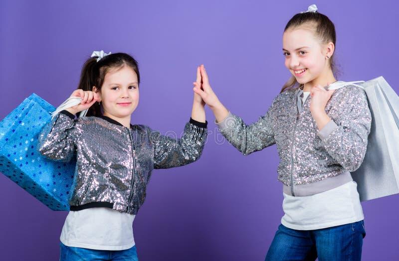 由于图象是一切 女孩姐妹朋友有购物带来紫罗兰色背景 E r 免版税库存图片