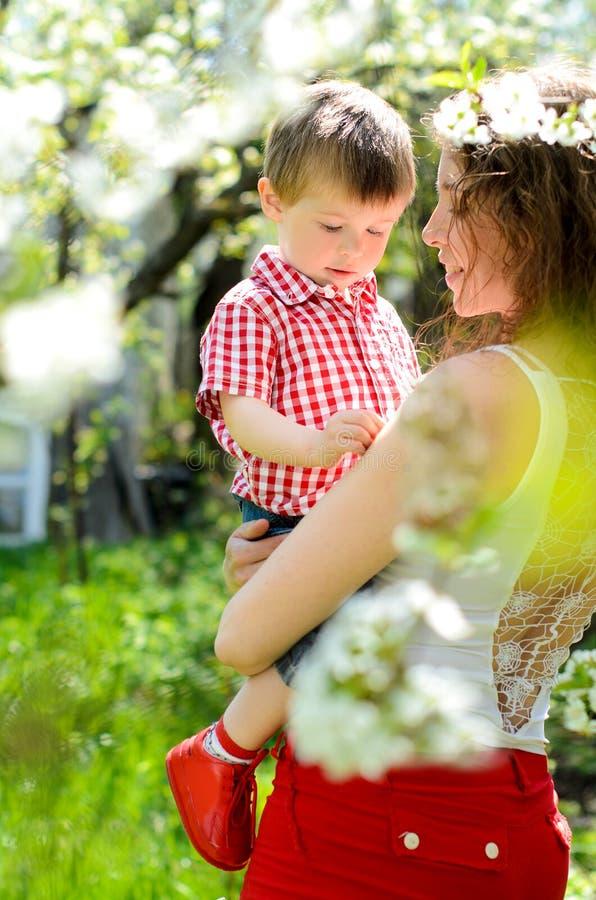 由于她的母亲的作用小男孩 库存照片