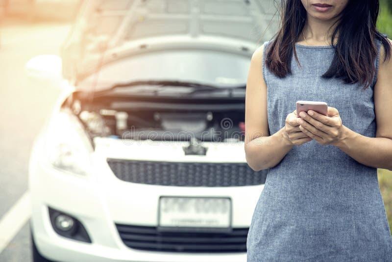 由于她的汽车故障,妇女非常被注重 图库摄影