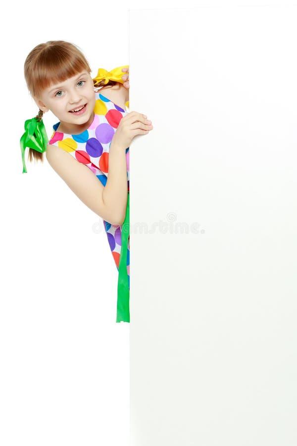 由于白色障碍,女孩看 库存照片