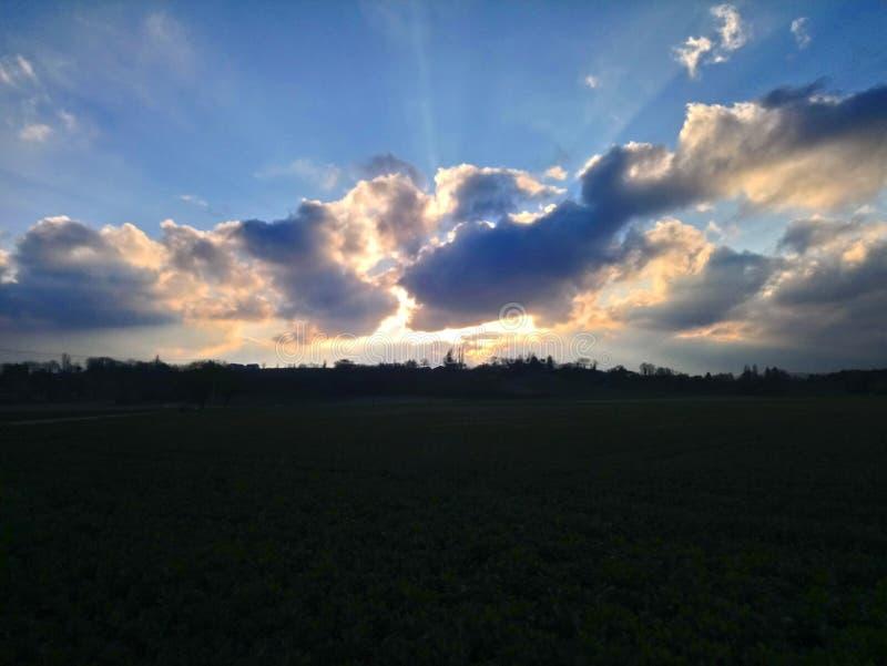由云彩的太阳攻击 免版税库存图片