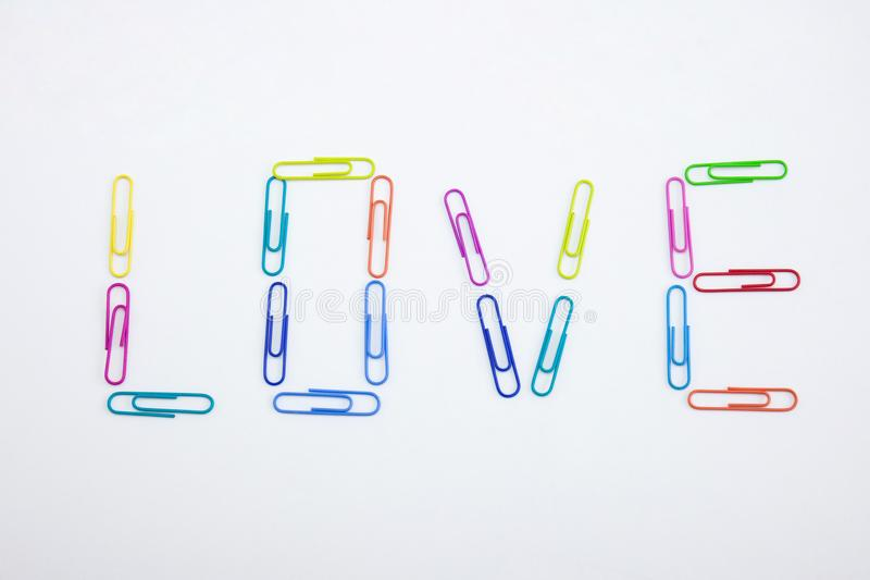 由五颜六色的纸夹做的爱词,特写镜头 免版税库存照片