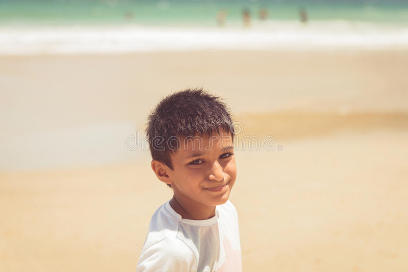 由享受阳光的海滩哄骗男孩十岁在Maracas海湾特立尼达和多巴哥 库存照片