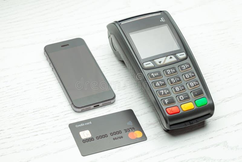 由信用卡和智能手机电话的不接触的付款 POS终端NFC付款 概念的怎样选择付款方法为 库存照片