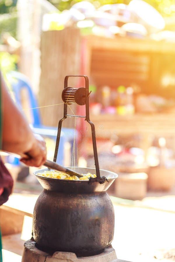 由做丝绸螺纹的锅炉的煮沸的黄色桑蚕茧 免版税图库摄影