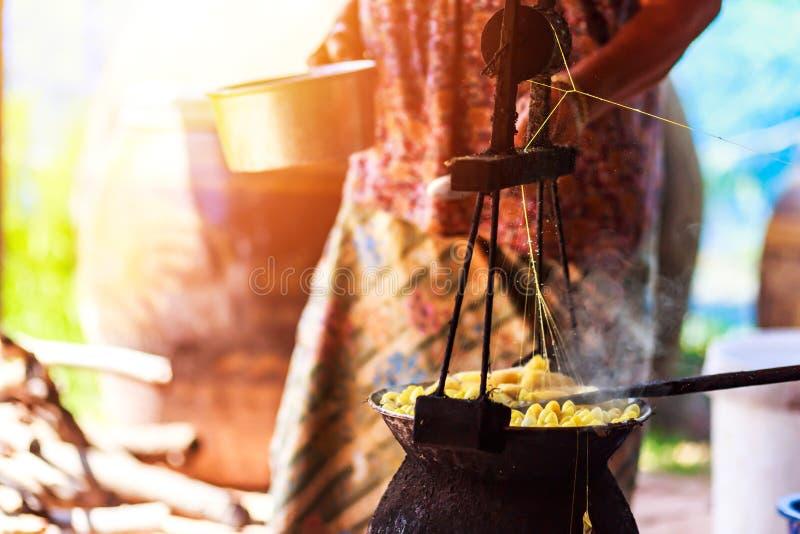 由做丝绸螺纹的锅炉的煮沸的黄色桑蚕茧 免版税库存照片