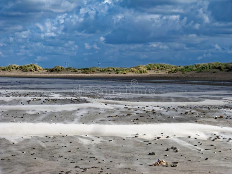 由剧烈的天空的有风沙丘风景 免版税库存图片