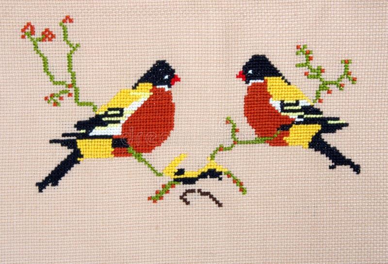 由十字绣样式鸟的刺绣 库存照片