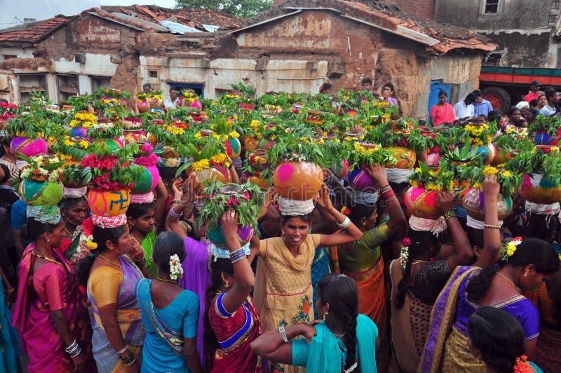由印地安人群的Bathukamma庆祝 库存图片