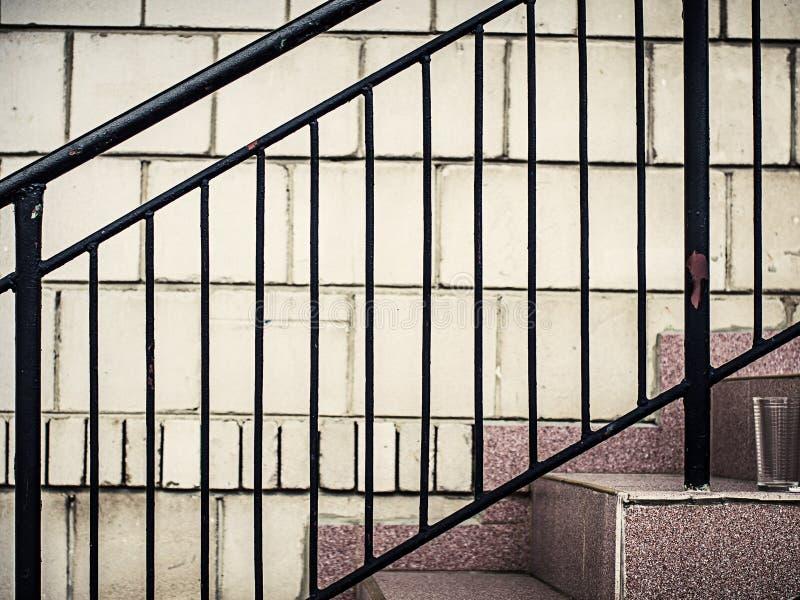 由台阶的黑金属障碍 库存照片