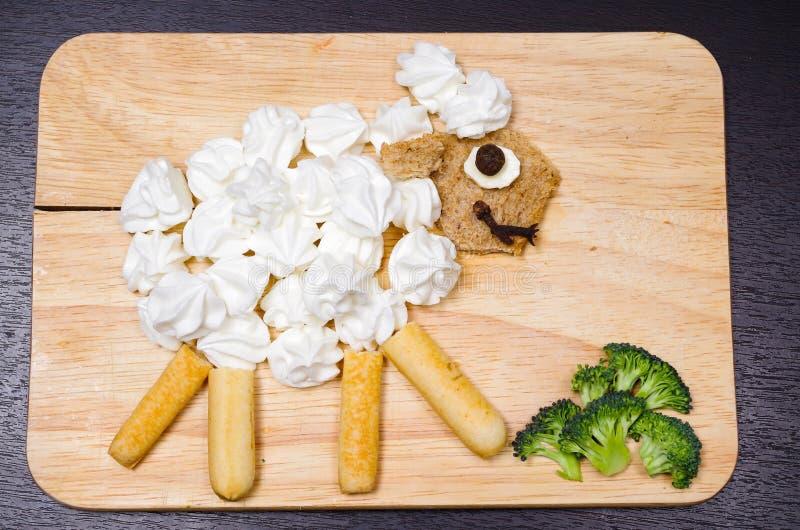 由各种各样的被切的杂货产品做的滑稽的看的绵羊画象,艺术性的食物概念 库存照片