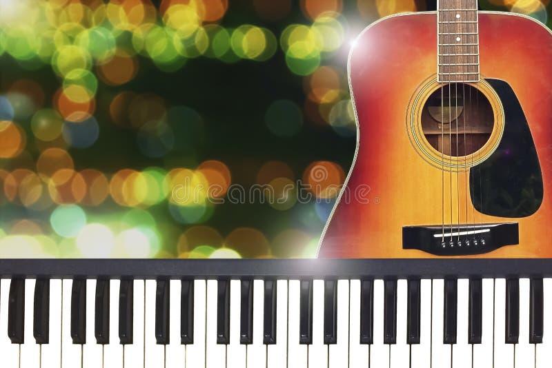 由吉他和钢琴的浪漫华伦泰爱党 图库摄影