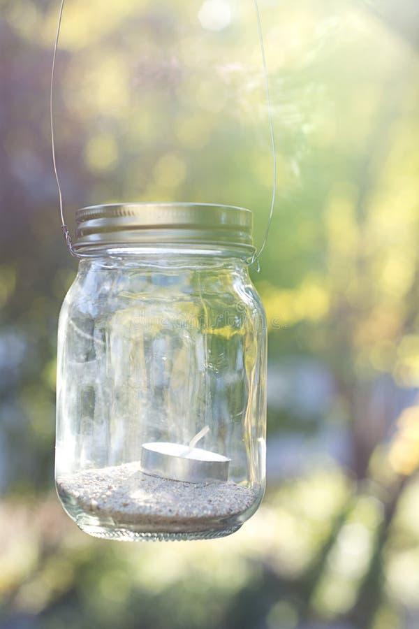由后照的金属螺盖玻璃瓶 免版税库存照片