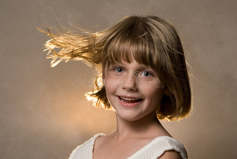 由后面照的吹的女孩头发风 库存图片