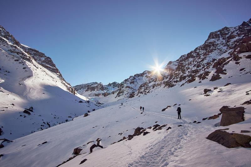 由后面照的高处供徒步旅行的小道在高阿特拉斯山脉 免版税图库摄影