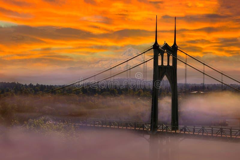 由圣约翰斯桥梁的Mt敞篷在日出清早期间在波特兰或美国 免版税库存照片