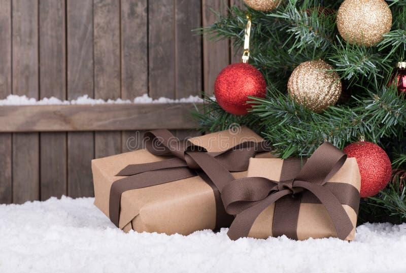 由圣诞树的礼物盒 免版税库存照片