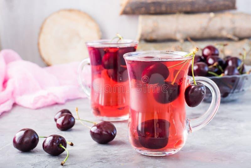 由在一个玻璃杯子的新鲜的樱桃做的甜冷的蜜饯 免版税库存照片