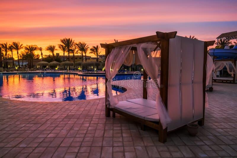 由在海滩的水池使与机盖的床靠岸 免版税图库摄影