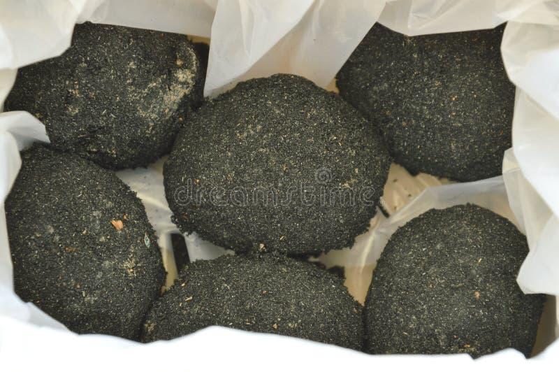 由在纸箱的塑料袋包装保存的蚁丘土壤泰国食物的未加工的盐味的蛋套 库存图片