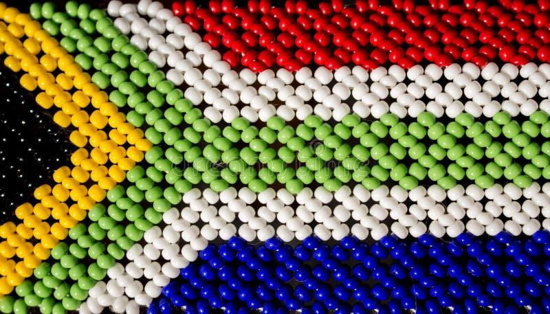 由在部落祖鲁族人的小珠做的南非旗子 库存图片